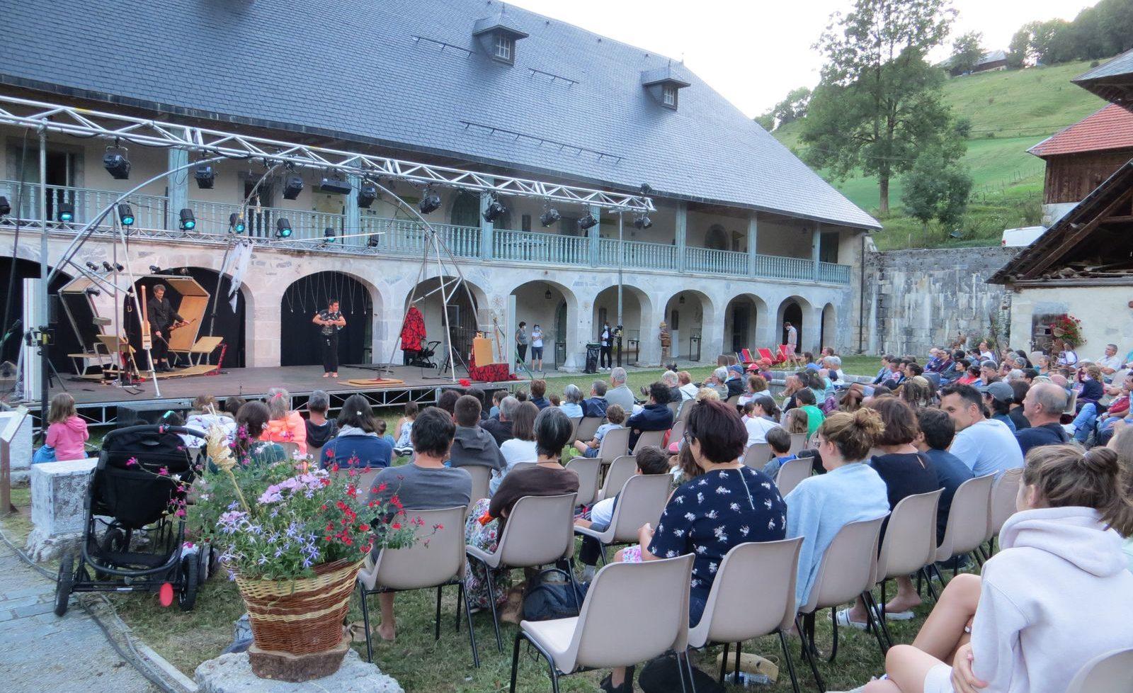 Spectacle mêlant cirque et musique à la Chartreuse d'Aillon, massif des Baugse
