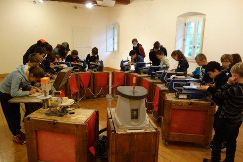 Atelier de création de figurines en bois