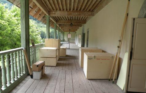 Stockage de caisses en vue du montage d'une exposition temporaire à la Chartreuse d'Aillon