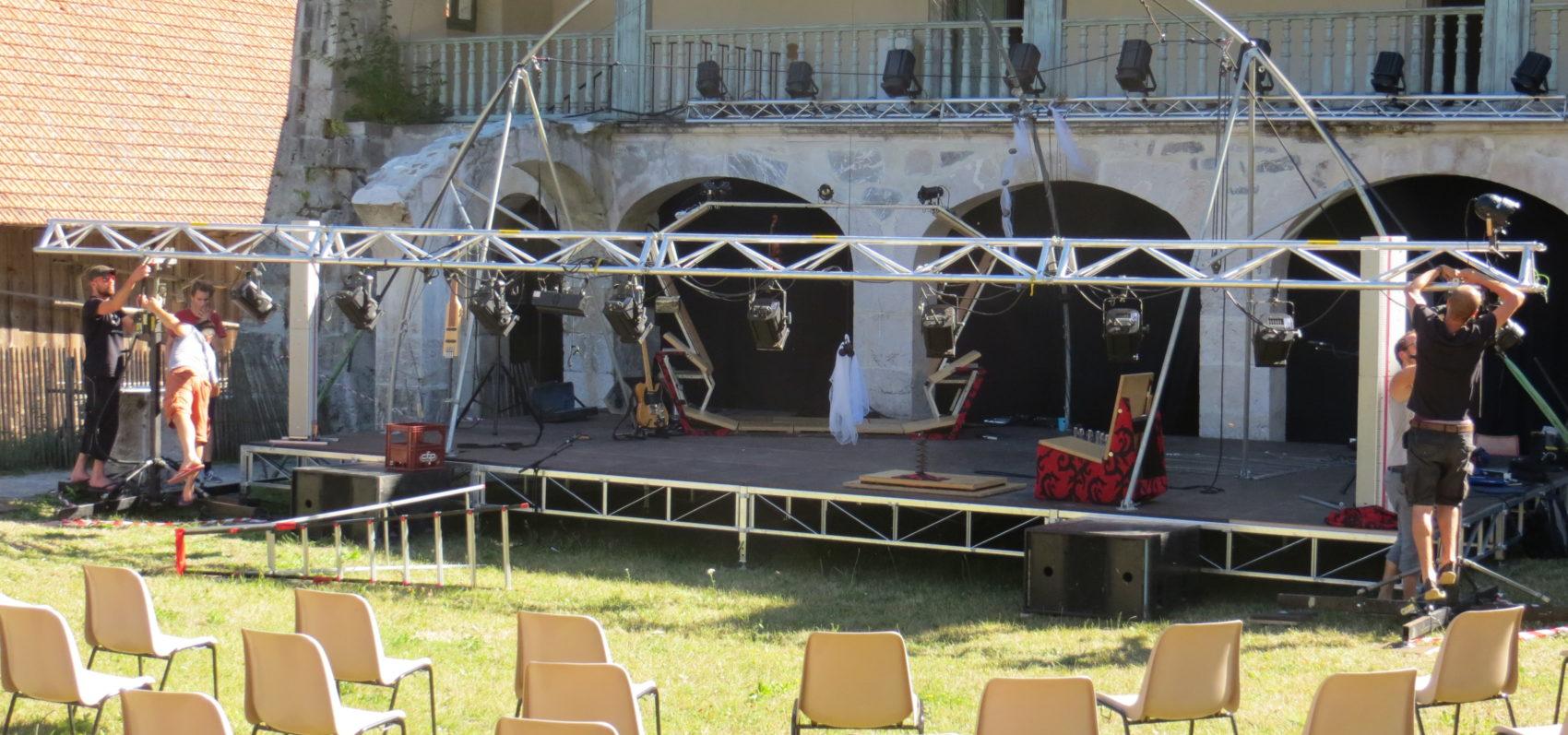 Montage de l'installation scénique destinée aux spectacles à la Chartreuse d'Aillon